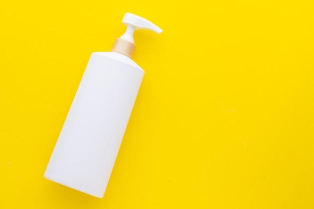 Bottiglia di pompa di plastica bianca vuota vista dall'alto utilizzata per shampoo o sapone Foto Premium