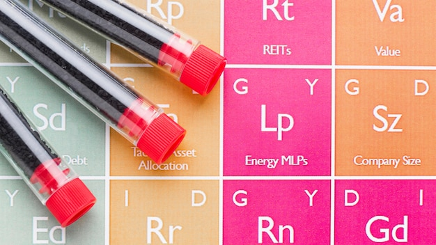 Campioni di sangue vista dall'alto sulla tabella degli elementi chimici Foto Premium