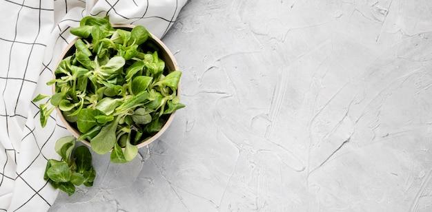 Ciotola vista dall'alto riempita con insalata fresca Foto Premium