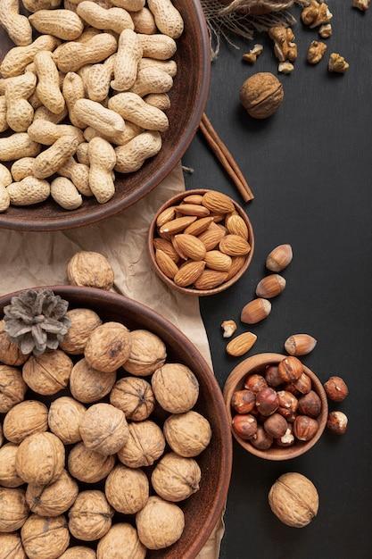 Vista dall'alto di ciotole con arachidi e altre noci Foto Premium