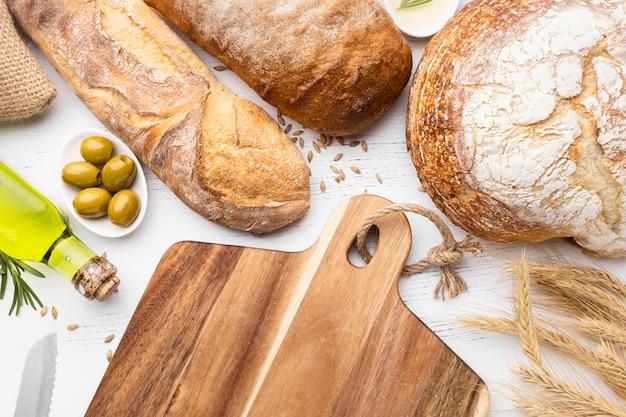 Vista dall'alto del concetto di disposizione del pane Foto Premium