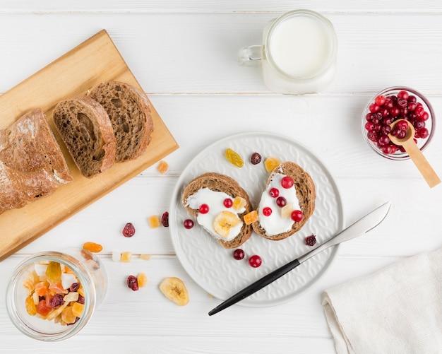 Fette di pane vista dall'alto con yogurt e frutta Foto Premium