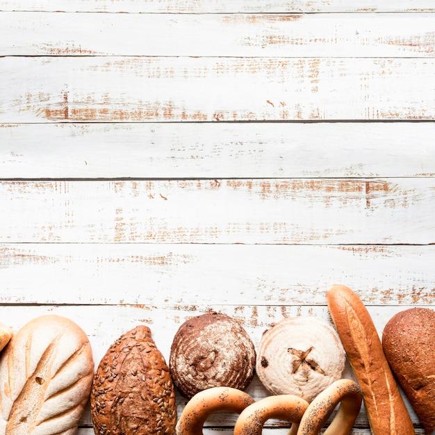 Assortimento di pane vista dall'alto con copia-spazio Foto Premium