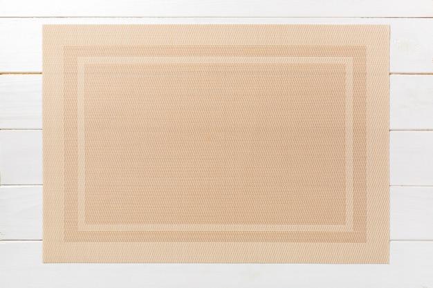 Vista dall'alto della tovaglietta marrone per un piatto. sfondo in legno con spazio vuoto per il vostro disegno Foto Premium