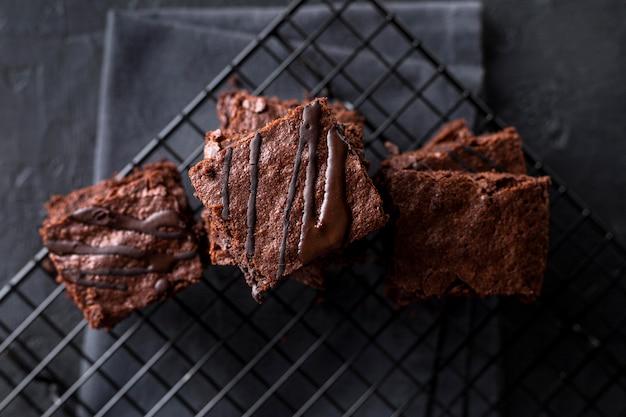 Vista dall'alto di brownies sulla griglia di raffreddamento con un panno Foto Premium