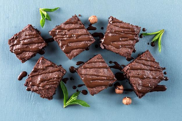 Vista dall'alto di brownies con nocciole e menta Foto Premium