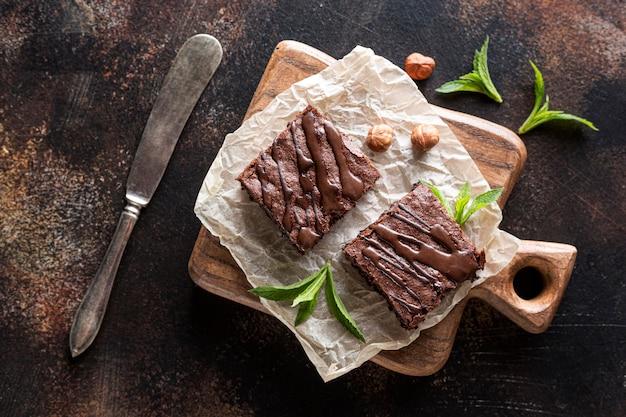 Vista dall'alto di brownies con menta e nocciole Foto Premium