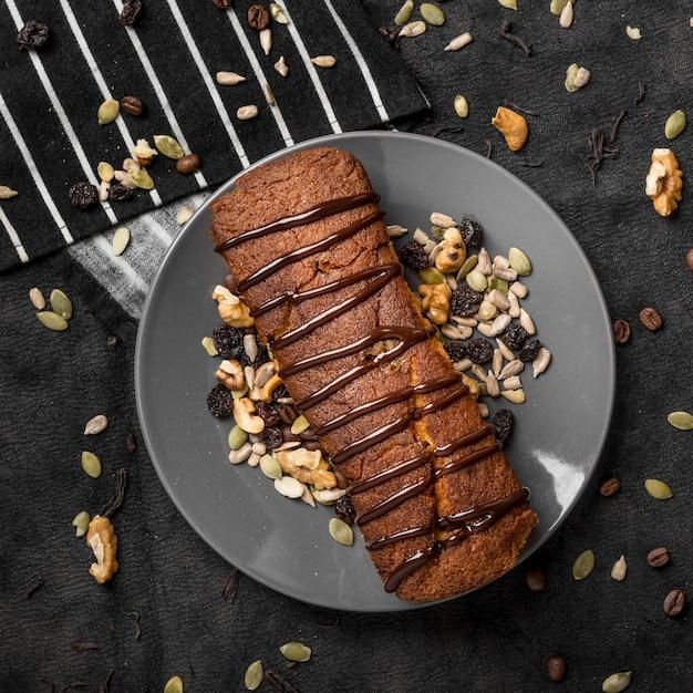 Vista dall'alto della torta sul piatto con le noci Foto Premium