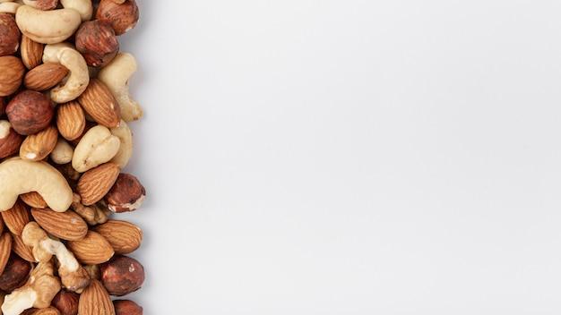 Vista dall'alto di anacardi con nocciole e mandorle Foto Premium