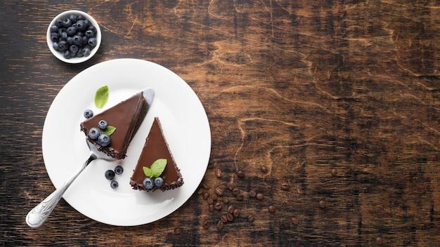 Vista dall'alto di fette di torta al cioccolato sul piatto con lo spazio della copia Foto Premium