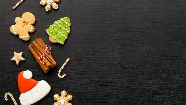 Biscotti del pan di zenzero di natale di vista superiore con lo spazio della copia Foto Premium