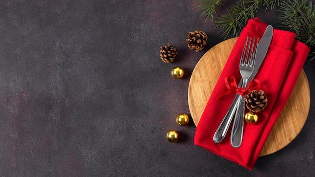 Vista dall'alto della disposizione dei tavoli di natale con posate e copia spazio Foto Premium