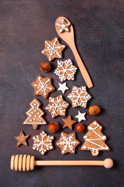 Vista dall'alto della forma dell'albero di natale fatta di biscotti di panpepato e utensili da cucina Foto Premium
