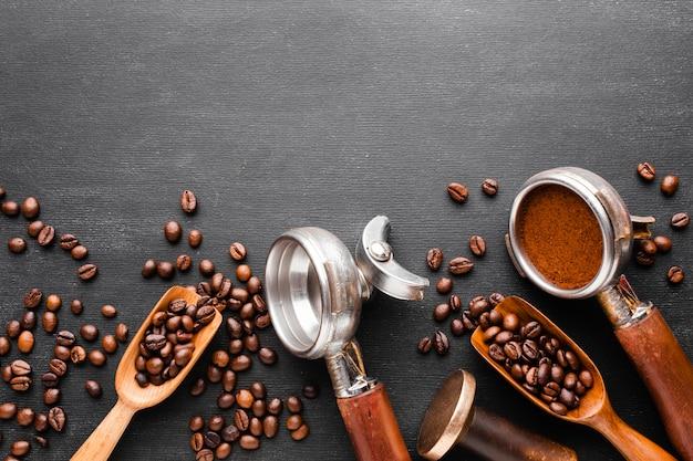 Vista dall'alto accessori per il caffè sul tavolo Foto Premium
