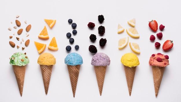 Vista dall'alto raccolta di deliziosi gelati sul tavolo Foto Premium