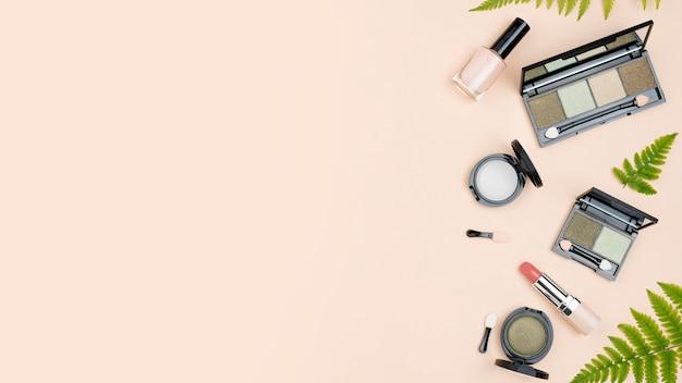 Composizione vista dall'alto di prodotti di bellezza con spazio di copia Foto Premium