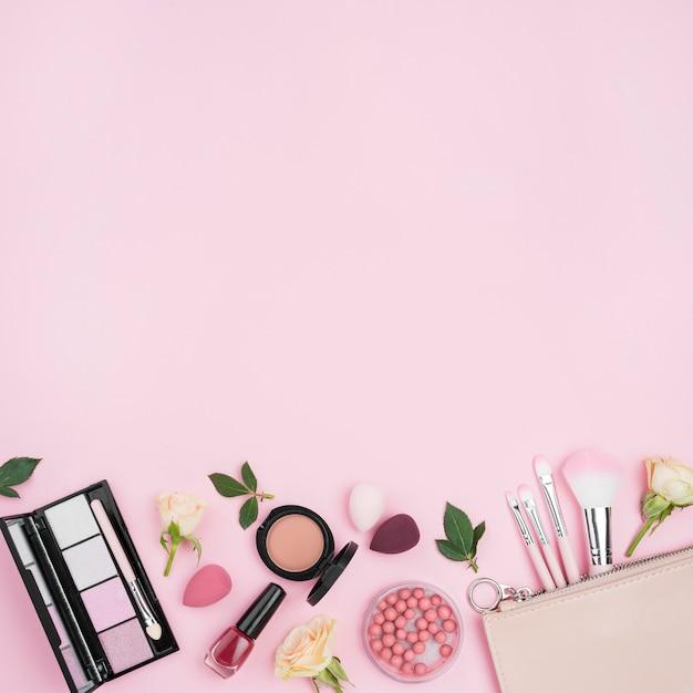 Vista dall'alto composizione di diversi cosmetici con spazio di copia Foto Premium