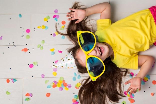 Vista dall'alto della ragazza carina con grandi occhiali da sole Foto Premium