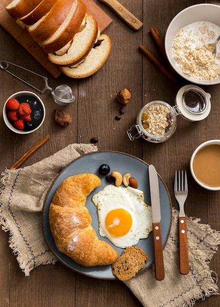 Vista dall'alto deliziosa colazione pronta per essere servita Foto Premium