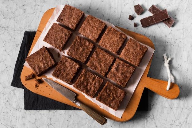 Vista dall'alto deliziosi brownies pronti per essere serviti Foto Premium