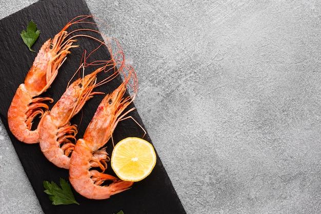 Gamberi deliziosi di vista superiore con il limone sul piatto Foto Premium