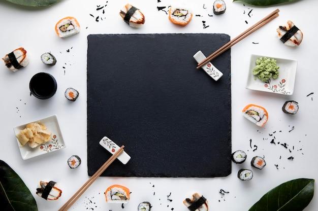Vista dall'alto del delizioso concetto di sushi Foto Premium