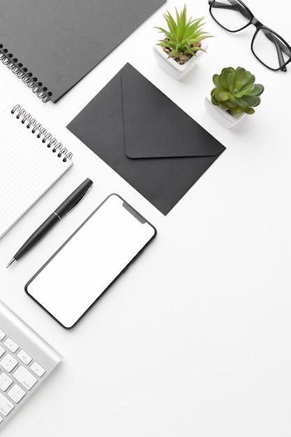 Disposizione diagonale dello scrittorio di vista superiore con lo spazio della copia Foto Premium
