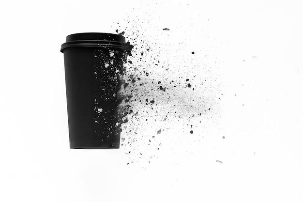 La vista dall'alto della tazza di caffè usa e getta è scomposta in piccoli pezzi Foto Premium