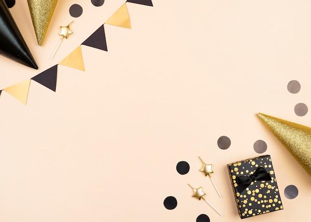 Cornice di decorazioni di compleanno elegante vista dall'alto Foto Premium