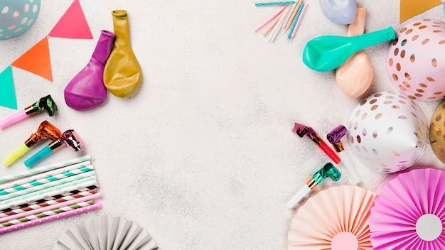 Cornice vista dall'alto con cappelli e palloncini Foto Premium