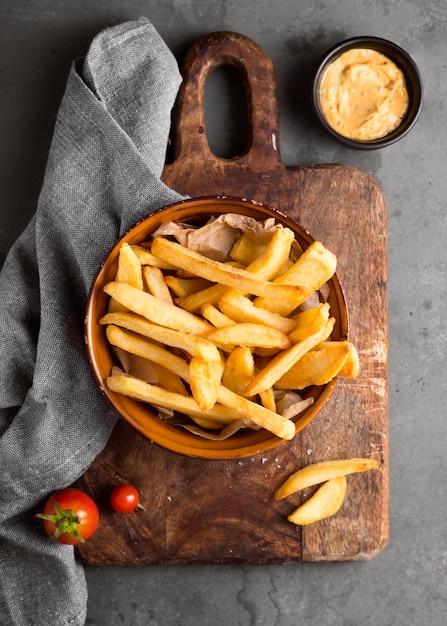 Vista dall'alto di patatine fritte con senape Foto Premium