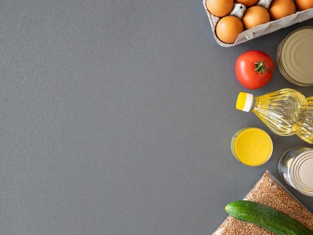 Vista dall'alto di cibo fresco per la donazione con copia spazio Foto Premium