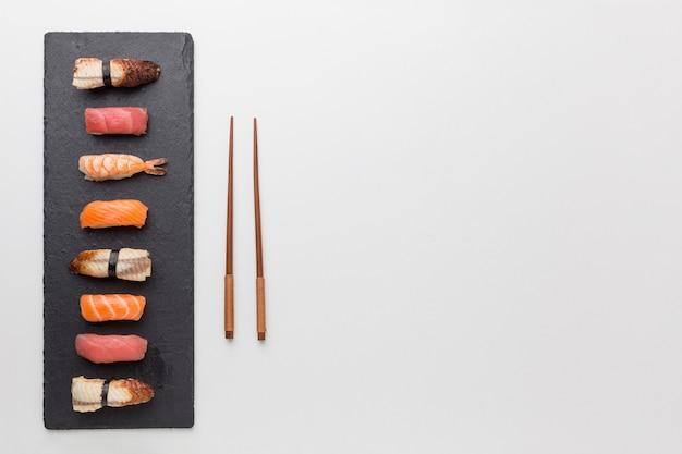 Sushi e bastoncini freschi di vista superiore con lo spazio della copia Foto Premium