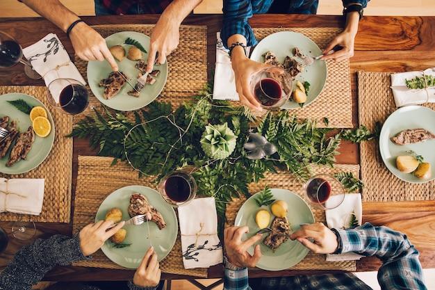 Vista superiore degli amici che hanno una cena Foto Premium