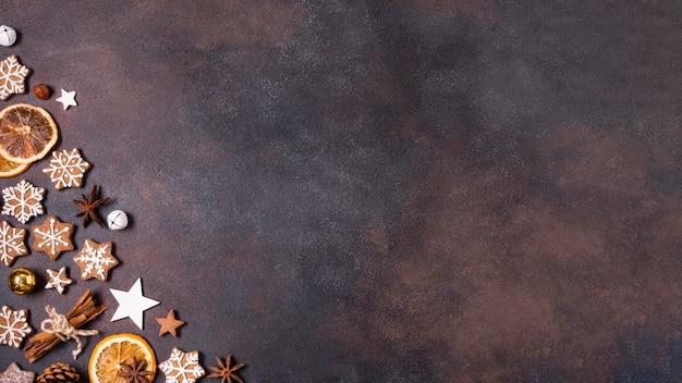 Vista dall'alto di biscotti di panpepato e agrumi secchi per natale con spazio di copia Foto Premium