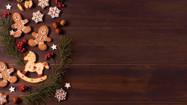Vista dall'alto della selezione di biscotti di panpepato per natale con spazio di copia Foto Premium
