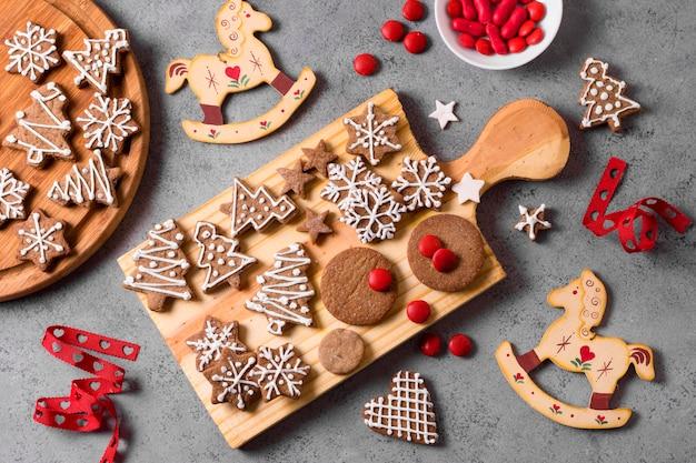 Vista dall'alto della selezione di biscotti di panpepato Foto Premium