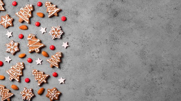 Vista dall'alto di biscotti di panpepato con mandorle e copia spazio Foto Premium