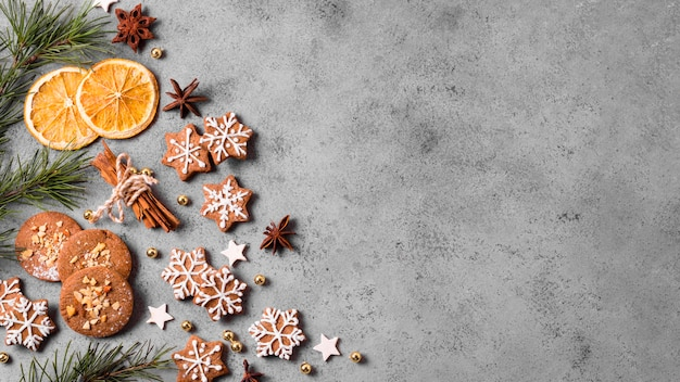 Vista dall'alto di biscotti di panpepato con agrumi e copia spazio Foto Premium