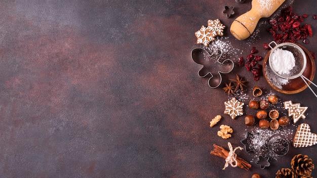 Vista dall'alto di biscotti di panpepato con noci e copia spazio Foto Premium