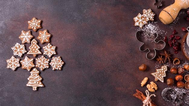 Vista dall'alto di biscotti di panpepato con noci Foto Premium