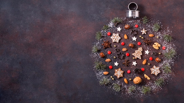 Vista dall'alto della forma del globo per natale con biscotti di panpepato e copia spazio Foto Premium