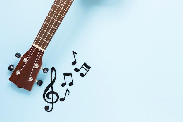 Vista dall'alto del manico di chitarra con note musicali Foto Premium