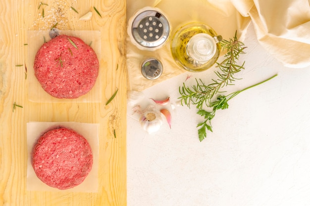 Vista dall'alto carne di hamburger e condimento Foto Premium