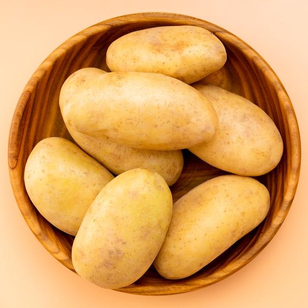 Vista dall'alto di patate sane in ciotola Foto Premium