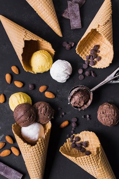 Vista dall'alto coni gelato e palette Foto Premium