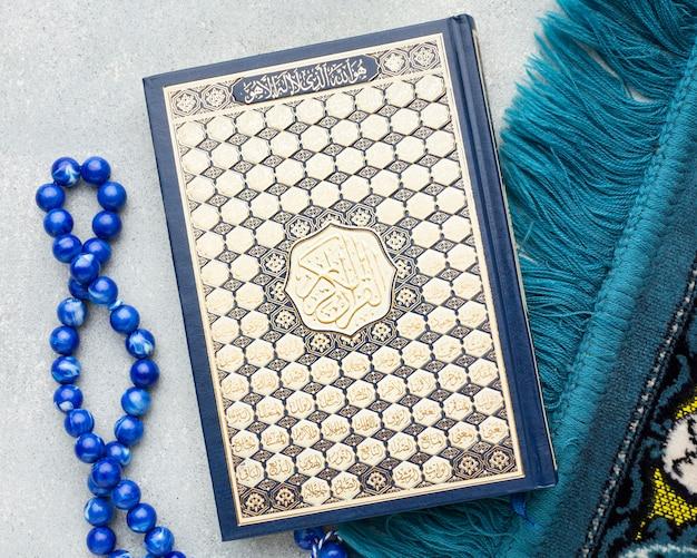 Vista dall'alto concetto islamico di nuovo anno con il libro del corano Foto Premium