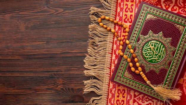 Vista dall'alto del nuovo anno islamico con il libro del corano Foto Premium