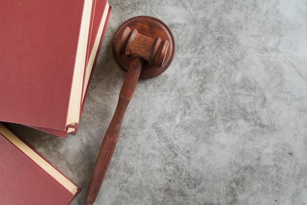 Martelletto del giudice di vista dall'alto con libri Foto Premium