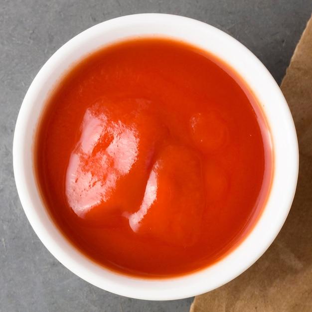 Vista dall'alto della salsa ketchup nella ciotola Foto Premium